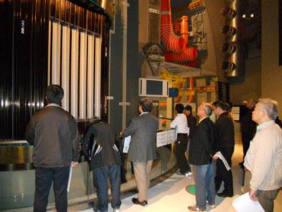 原子炉の実物大模型を見学する小牧支部の人たち